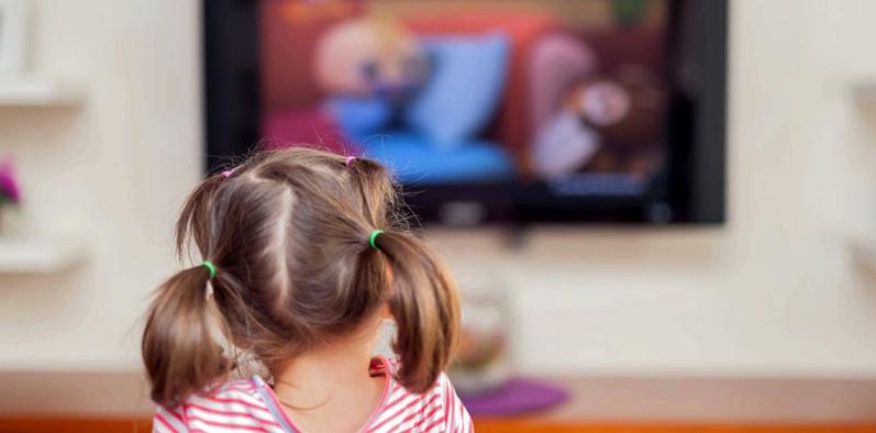 Mädchen schaut fern