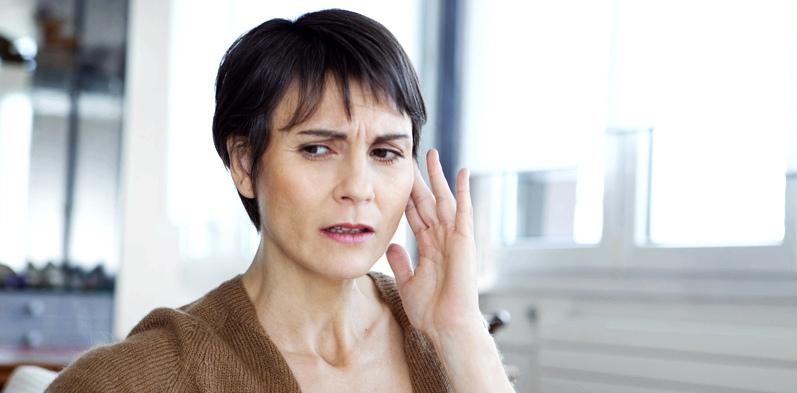 Frau mit Tinnitus