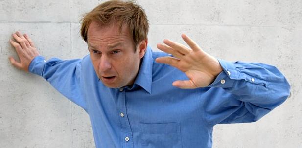 Mann mit Schwindel als Bluthochdruck-Symptom