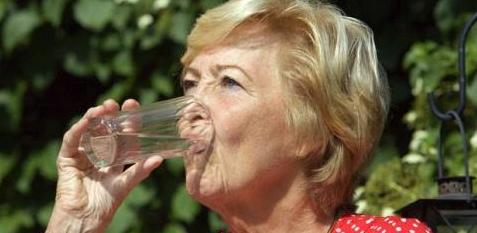 Genügend trinken gegen Völlegefühl