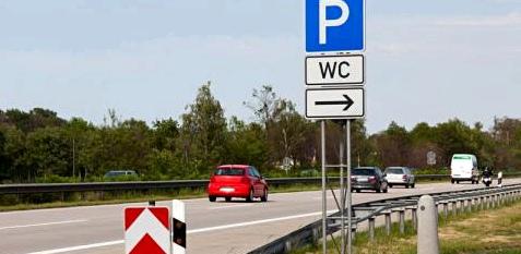 WC-Schild auf Autobahn
