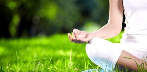 Entspannungsübungen wie Yoga helfen Reiseübelkeit zu vermeiden
