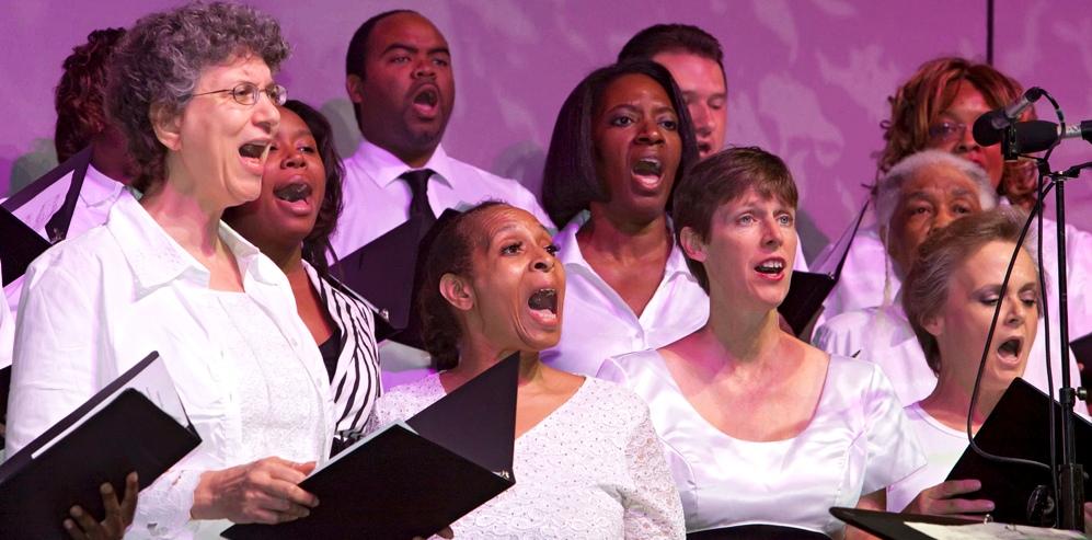 Menschen singen im Chor