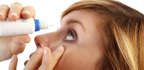 Augentropfen mit feuchtigkeitsspendenen Stoffen helfen bei trockenen Augen